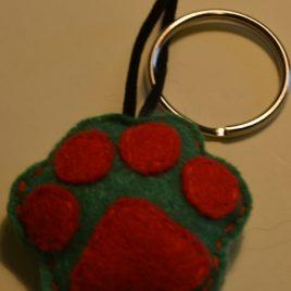 """Chaveiro """"pegada"""" verde-vermello"""